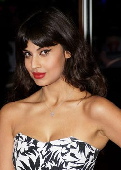 "Maquillage de stars Jameela Jamil : lèvres rouges ""pin-up"" et eye-liner noir"