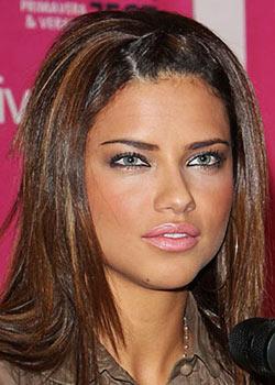 Maquillage d' Adriana Lima : Yeux de chat et lèvres roses pulpeuses