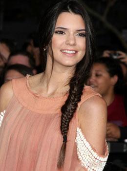 Coiffure de star : Tresse sur le côté de Kendall Jenner Kardashian