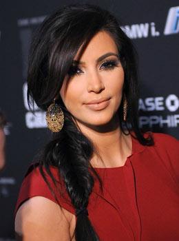 Coiffure de star : Kim Kardashian avec une tresse sur le côté