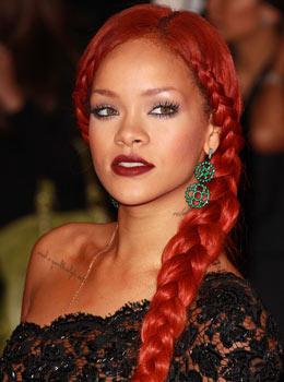 Coiffure de star : Rihanna avec une tresse sur le côté